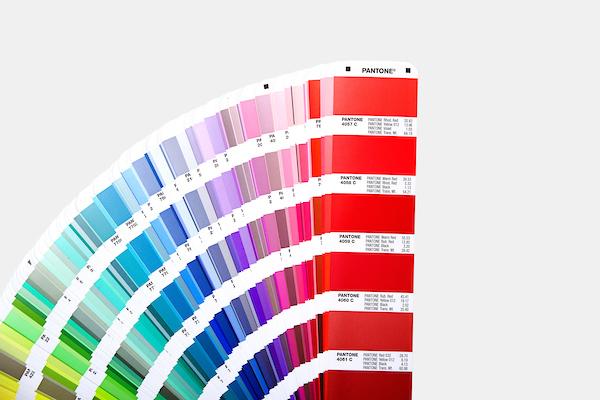 Escala Pantone Formula Guide Coated & Uncoated GP1601A com 2161 cores e duas guias portáteis impressas em papel com brilho e sem brilho
