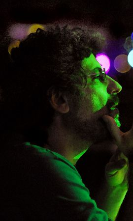 O compositor Miguel Briamente em foto de perfil.