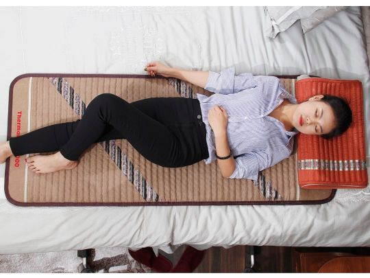 Relaksacija celog tela na masaznoj kristal Ametist podlozi